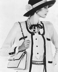 Modelo veste figurino clássico Chanel